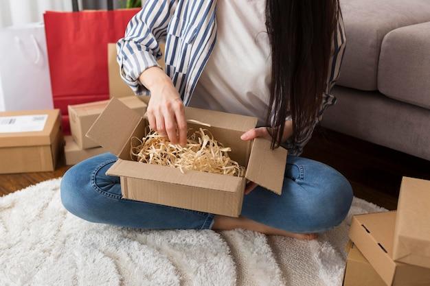 Распаковка женщины под высоким углом