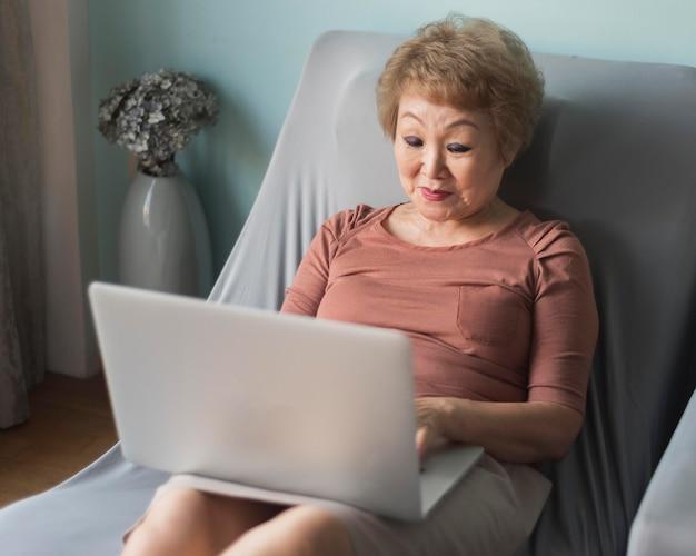 ノートパソコンを持つハイアングルの女性