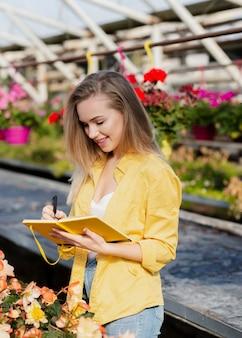 Женщина высокого угла, пишущая в повестке дня