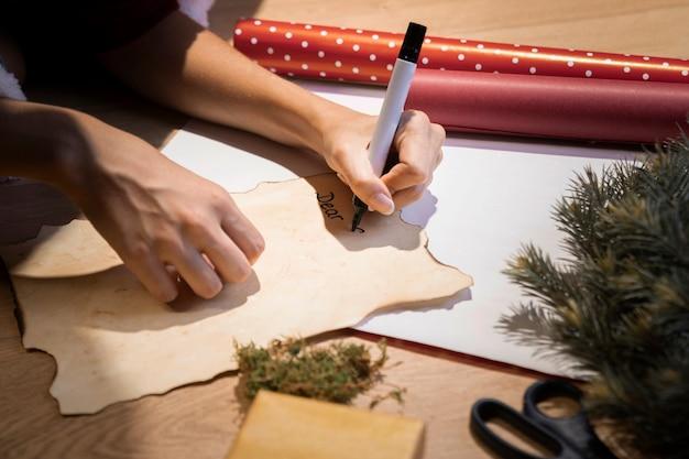 산타 클로스에 대 한 편지를 쓰고 높은 각도 여자