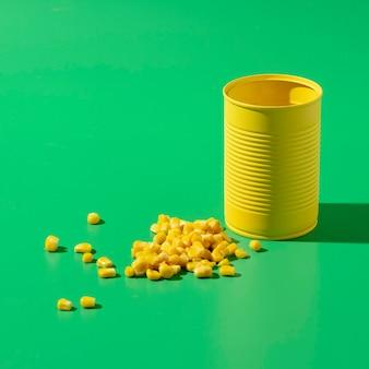 トウモロコシと高角度の黄色の背の高い丸いブリキ缶