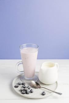 Высокий угол йогурта и черники