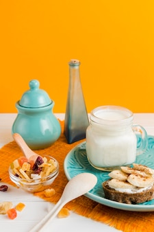 Yogurt ad alto angolo con pane e banana