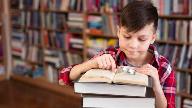 高角度の若い男の子の読書