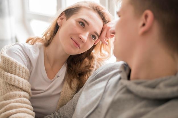 Высокий угол молодая пара, глядя друг на друга
