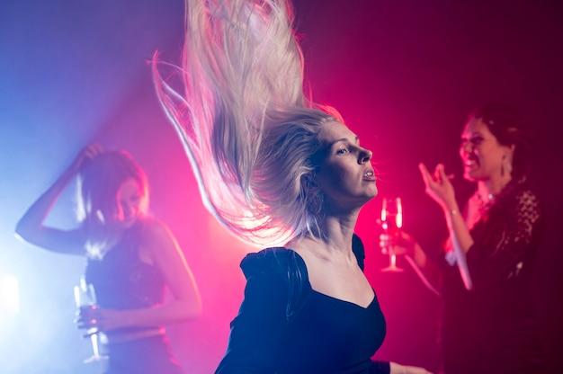 Высокий угол молодая женщина танцует