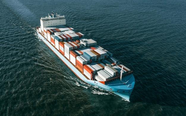 Высокий угол обзора грузового судна в море