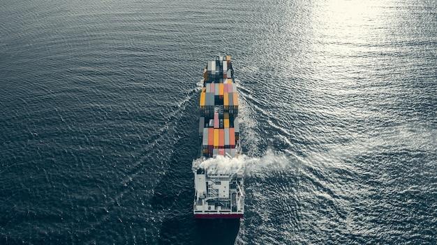 Высокий угол обзора контейнеровоза, плывущего в море