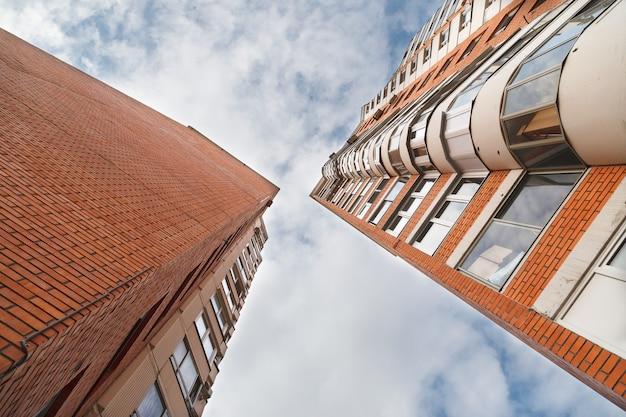 Высокие многоквартирные дома против облачного неба