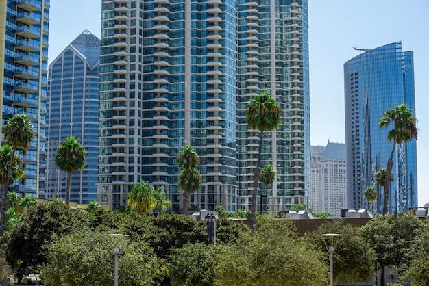 현대적인 디자인의 고층 아파트