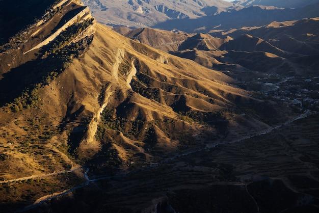 일몰 배경에 높은 아름다운 산