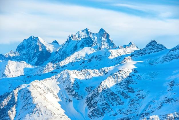 雪の中で高い青い山。ウシュバ山