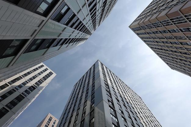 도시 클러스터에 많은 창문이있는 현대 도시 마천루 건물의 높은 상향식 투시도