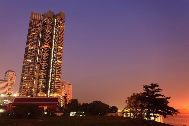 높은 건물과 빈 공간