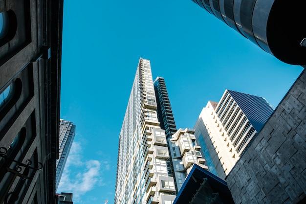 高い建物と青い空