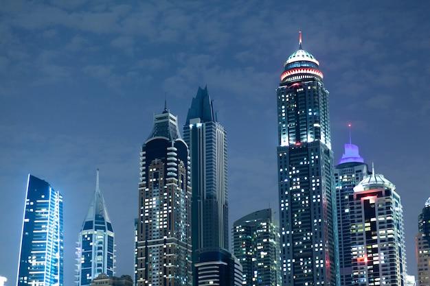 青い空の下で夜の高い建物