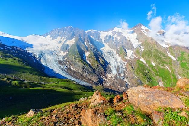 高いコーカサス山脈。スヴァネティ。ジョージア。