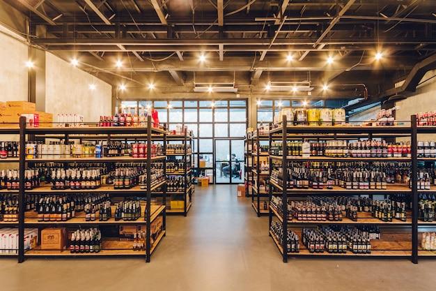 Высокое потолочное хранилище пива со стабильной температурой ресторана в бангкоке, таиланд.