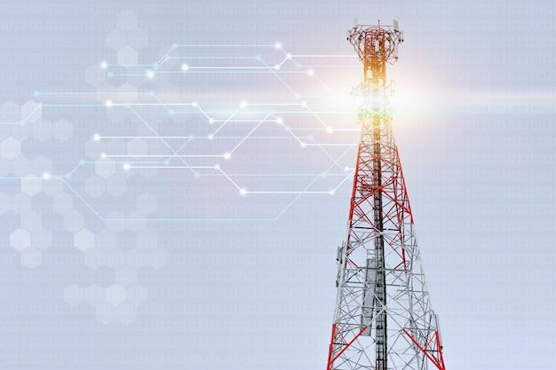Высокая вышка сотовой связи, красно-белая сигнальная вышка в день ясного неба