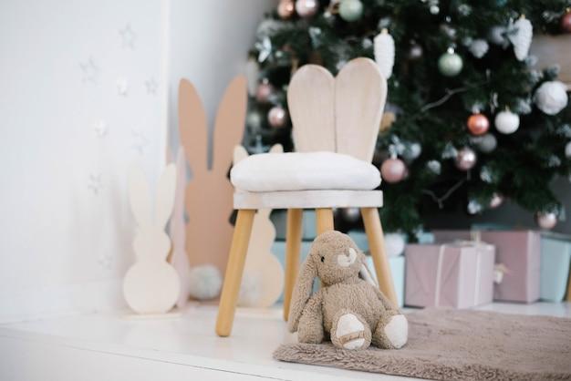 어린이 방에 토끼 귀가 달린 높은 의자