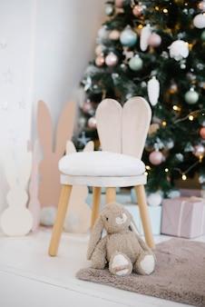 어린이 방에 토끼 귀가 달린 유아용 의자 어린이 방에 크리스마스 장식