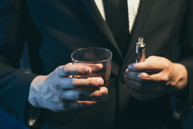고급 남성 럭셔리 라이프 스타일. 음주와 흡연. 부자와 성공의 이점을 찢어.