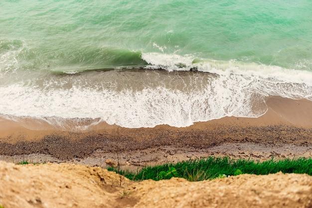 푸르고 차가운 바다를 향한 높은 절벽