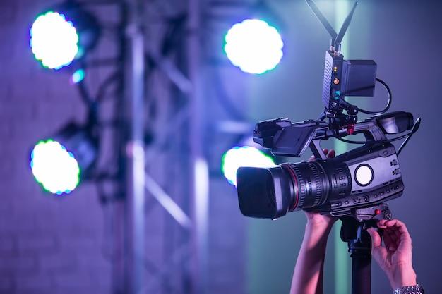 영화 세트의 고화질 시네마 카메라.