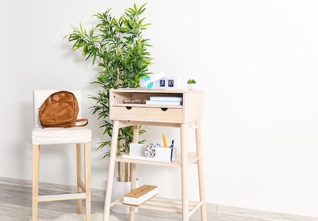 방에 의자가 있는 높은 책상