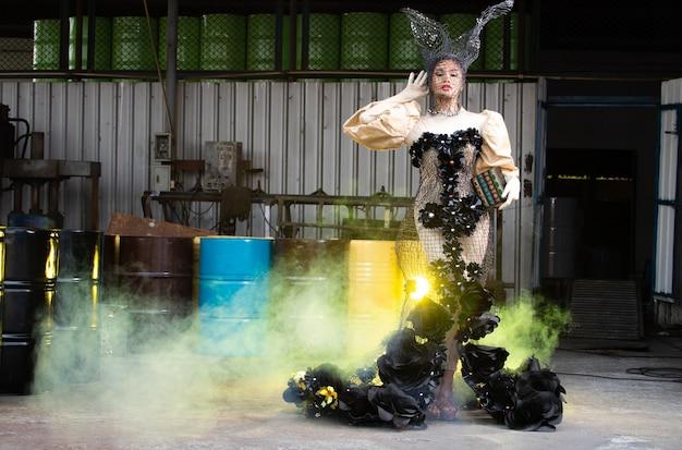 하이 패션 아시아 모델 여성은 새로운 트렌드 시즌을 위해 메이크업과 함께 오트 쿠튀르 가운을 입습니다.