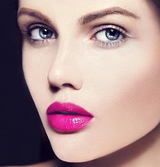 Высокая мода look.glamor крупным планом портрет красоты красивой кавказской модели молодой женщины с обнаженным макияжем с идеально чистой кожей с красочными розовыми губами