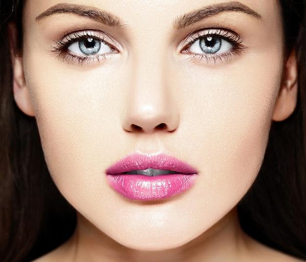 ピンクの唇と完璧なきれいな肌と裸化粧と美しい白人の若い女性モデルのファッション性の高いlook.glamorクローズアップ美容肖像画