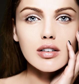 完璧なきれいな肌と裸化粧と美しい白人若い女性モデルのファッション性の高いlook.glamorクローズアップ美容肖像画