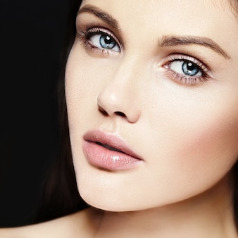 완벽한 깨끗한 피부와 누드 메이크업으로 아름 다운 백인 젊은 여자 모델의 높은 패션 look.glamor 근접 촬영 아름다움 초상화