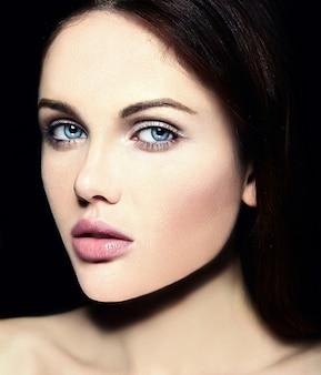 Высокая мода look.glamor крупным планом портрет красоты красивой кавказской молодой женщины модели с обнаженной макияж с идеальной чистой кожей