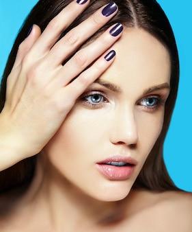 파란색 배경에 완벽 한 깨끗 한 피부와 누드 메이크업으로 아름 다운 관능적 인 백인 젊은 여자 모델의 높은 패션 look.glamor 근접 촬영 아름다움 초상화