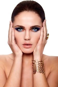 완벽한 깨끗한 피부와 수분이 많은 입술, 밝은 메이크업, 아름 다운 섹시 백인 젊은 여자 모델의 높은 패션 look.glamor 근접 촬영 초상화는 흰색 격리