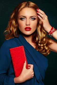 赤い唇と明るいメイクと美しいセクシーなスタイリッシュな金髪白人若い女性モデルのファッション性の高いlook.glamorのクローズアップの肖像画