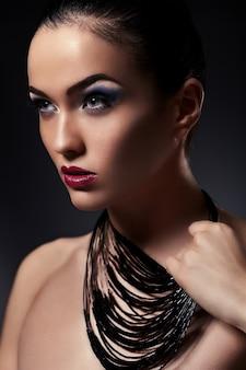 美しいセクシーなスタイリッシュなブルネットの白人の若い女性モデルのファッション性の高いlook.glamorのクローズアップの肖像画