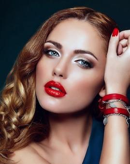 완벽 하 게 깨끗 한 피부와 붉은 입술으로 밝은 화장으로 아름 다운 섹시 한 세련 된 백인 젊은 여자 모델의 높은 패션 look.glamor 근접 촬영 초상화