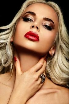 높은 패션 룩. 밝은 메이크업과 완벽한 깨끗한 피부를 가진 아름 다운 세련 된 금발 백인 젊은 여자 모델의 매력적인 근접 촬영 초상화