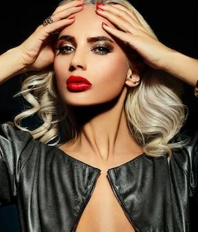 ファッション性の高い外観。明るいメイクと完璧なきれいな肌と美しいスタイリッシュな金髪白人若い女性モデルの魅力のクローズアップの肖像画