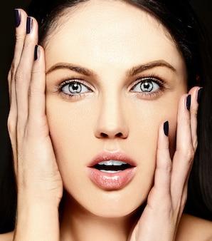 높은 패션 look.glamor 근접 촬영은 완벽한 깨끗한 피부와 메이크업없이 아름다운 백인 젊은 여성 모델의 미소 아름다움 초상화를 놀라게