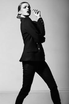 Портрет высокой моды look.glamor красивой сексуальной стильной кавказской модели молодой женщины в черных одеждах