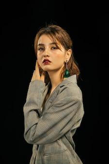 Портрет высокой моды look.glamor красивой сексуальной стильной кавказской модели молодой женщины в серых одеждах