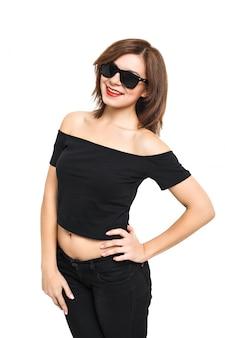 ファッション性の高いlook.glamorスタイリッシュな美しい若い女性モデルの夏の明るい白いヒップクロスに赤い唇