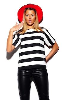 Высокая мода взгляд. гламур стильный мило красивая молодая блондинка модель летом красочная хипстерская ткань