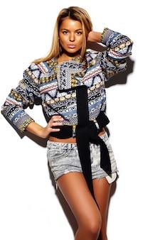 ファッション性の高い外観。夏のカラフルな流行に敏感な布でグラマースタイリッシュなかわいい美しい若い金髪女性モデル