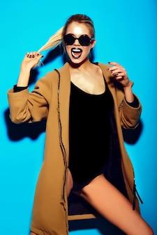 여름 밝은 힙 스터 천으로 높은 패션 look.glamor 세련된 재미 섹시 아름다운 젊은 금발 여자 모델