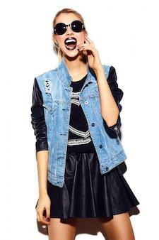 선글라스에 여름 밝은 청바지 힙 스터 천으로 높은 패션 look.glamor 세련된 섹시 웃는 아름다운 젊은 금발 여자 모델